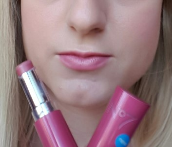 no7-lovely-lips-lip-balm-parisian-pink-swatch-2
